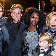 NLD/Amsterdam/20161222 - Première 32ste Wereldkerstcircus, Hennie Huisman, partner Lia van Guijk, dochter en kinderen