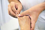 Nederland, Nijmegen, 24-8-2011Een reumatoloog voelt aan de knokkels van de vingers van een oudere vrouw.Foto: Flip Franssen