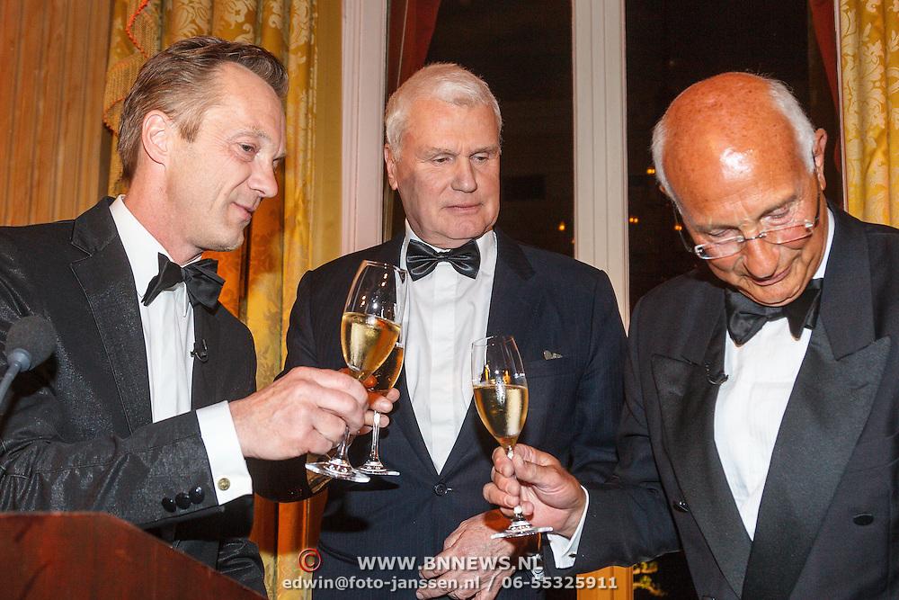 NLD/Amsterdam/20150511 - uitreiking Libris Literatuurprijs 2015, Juryvoorzitter Wim Pijbes en winnaar Adriaan van Dis krijgt de prijs en penning van Paul Kleyngeld