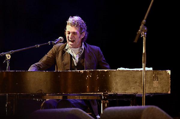 Nederland, Nijmegen, 23-11-2013Nijmeegse zanger, pianist en rocker Clemens van de Ven tijdens zijn opreden bij de opening van de nieuwe stadsbrug, brug, de Oversteek. Foto: Flip Franssen/Hollandse Hoogte