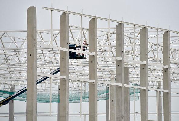 Nederland, Oosterhout, 31-5-2018 Langs de snelweg a15 wordt een nieuw en modern distributiecentrum van de duitse prijsvechter Lidl neergezet . Foto: Flip Franssen