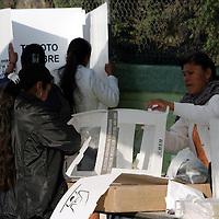 Temoaya, Mex.- Voluntarios seleccionados como funcionarios de casilla arman las urnas al inicio de la jornada electoral para la eleccion de gobernador en el estado de Mexico con un padron de mas de 8 millones de votantes. Agencia MVT / Mario Vazquez de la Torre.