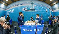 WIJK AAN ZEE -  Magnus Carlsen (Nor) speelt tegen Anish Giri (Ned) (r)   in  de eerste ronde van het TataSteel Chess Tournament 2020. ANP KOEN SUYK