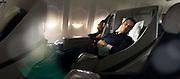 Ambiance photo couleur d'un couple endormie en classe business d'un Airbus de la compagnie internationale Aircalin.