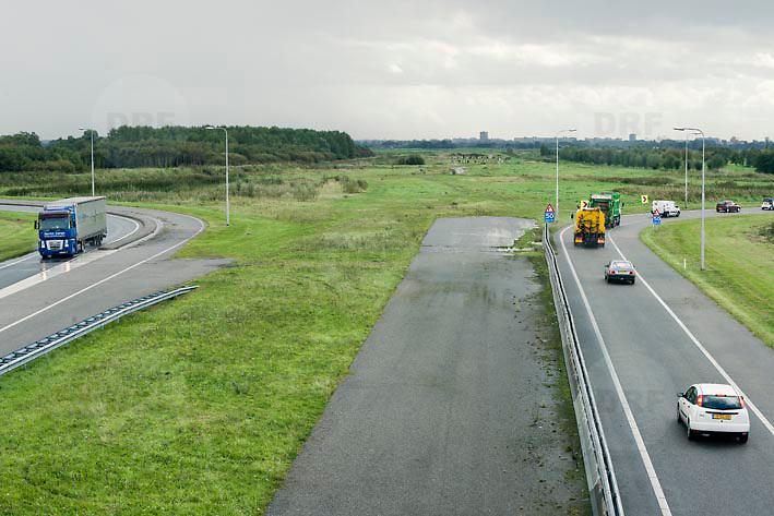 Nederland Delft 17-09-2010 20100917     A4 Delft - Schiedam wordt definitief verlengd,  er  is begin deze maand officieel besloten tot de aanleg van het stuk snelweg waarover zo'n vijftig jaar is gesproken. Rijkswaterstaat en het ministerie van VWS hebben dat laten weten.Over de nieuwe verkeersader wordt al decennialang gesteggeld, vooral omdat de weg het natuurgebied Midden-Delfland doorboort...De zeven kilometer asfalt tussen Delft en Schiedam doorkruist straks verdiept of via een tunnel het natuurgebied tussen de twee steden. Het belangrijkste pluspunt is dat de A13 wordt ontlast. Op rijksweg A13 staat dagelijks de voor de economie schadelijkste file van Nederland. Met het project A4 Delft-Schiedam willen lokale en regionale overheden en het Rijk de problemen rond bereikbaarheid en leefbaarheid op en rond de A13 en de A4 Delft-Schiedam oplossen, ook de bereikbaarheid van de Maasvlakte wordt zo verbeterd. Randstad.  ontlasting wegennet. Midden Delftland. , provinciale, realisatie, realiseren, regionale overheden, rijbaan, rijbanen, rijksweg, rijkswegen, roads, route, ruimte, ruimtelijk, ruimtelijke omgeving, ruimtelijke ordening, ruimtelijke planning, ruimtelijke visie, ruraal, rurale omgeving, rustiek, rustieke, rustieke omgeving, rustig, rustige, schadelijk, schadelijk voor milieu, schaden, snelweg, snelwegen, spoor, stil, terrein, toekomst, toekomstige plannen, toekomstplannen, tracé, traject, transport, uitgestrektheid, uitlaatgassen, verbinding, verbindingen, vergezicht, vergezichten, verkeer en vervoer, verkeer en waterstaat, verkeersader, verkeersaders, verkeersdruk, verkeersnet, vernieuwing, vervoer, vewezenlijken, weg, wegen, wegenbouw, wegennet, wegnet, wegverbinding, wei, weide, wijds, wijdsheid