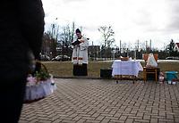 Wies Tolcze, woj. podlaskie, 3.04.2020. Plenerowe swiecenia pokarmow w Wielka Sobote. W ksiadz z Niewodnicy Koscielnej w ten sposob poswiecil pokarmy w 10. wsiach nalezacych do tej parafii N/z swiecenie pokarmow na placu przed szkola podstawowa we wsi Tolcze fot Michal Kosc / AGENCJA WSCHOD