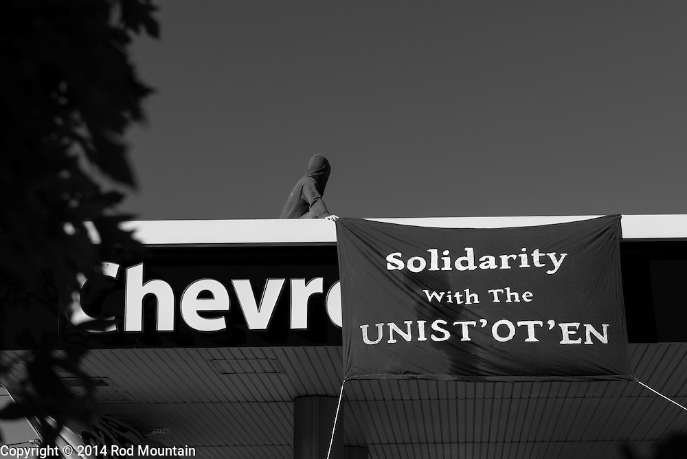 """'Solidarity with the UNIST' OT' EN' banner is displayed during the """"Party Against the Pipelines"""" Protest in Vancouver, B.C. Photo: © Rod Mountain"""