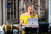Prinses Amalia heeft contact met Nederlanders in werkkamer tijdens Koningsdag thuis op Paleis Huis ten Bosch<br /> <br /> Princess Amalia in contact with the Dutch in their study during King's Day at home at Paleis Huis ten Bosch