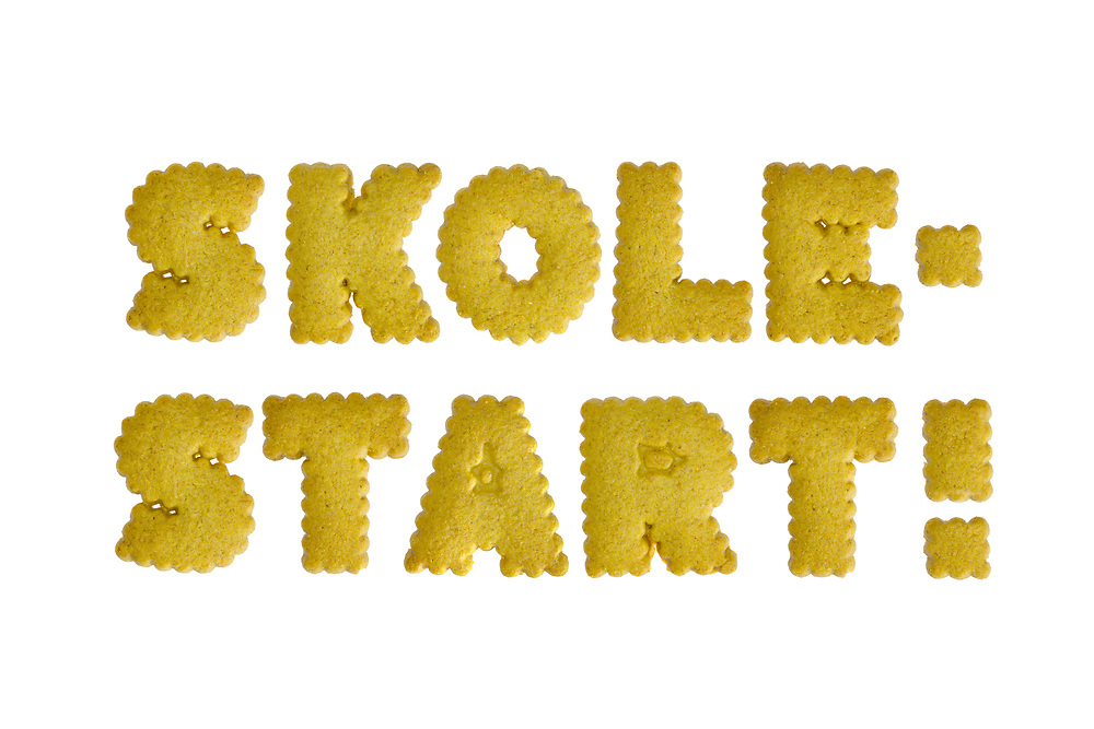 Ordet «skolestart!» (med utropstegn) skrevet med bokstavkjeks.