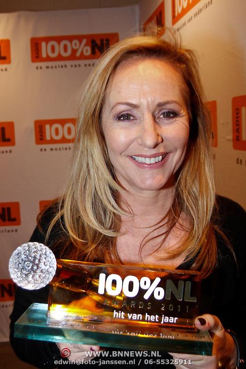 """NLD/Hilversum/20120124 - 100% NL  Awards 2012, Angela Groothuizen met de Award voor beste hit van het jaar """" One Thousend Voices- the Voice of Holland"""