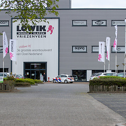 13-04-2020: Nieuws: Algemeen: Nederland<br />  Nederland trekt op tweede paasdag weer richting de Meubelboulevard, Tuincentra en Bouwmarkten. In Vriezenveen kwam de politie even kijken naar de maatregelen.