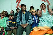 El público aplaude y apoya a sus luchadores favoritos en el espectáculo de lucha libre que se lleva a cabo cada domingo en el Multifuncional El Alto, en El Alto, Bolivia, el 26 de Febrero de 2012.