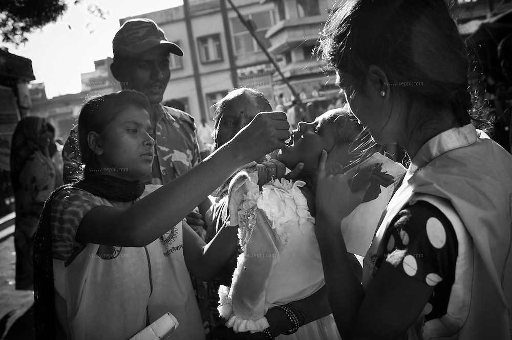 A transit team assisted by an Indian army jawan vaccinate children at the Jogbani border crossing between India and Nepal. Transit teams are deployed at strategic locations including international borders to reach mobile and migrant populaitons.
