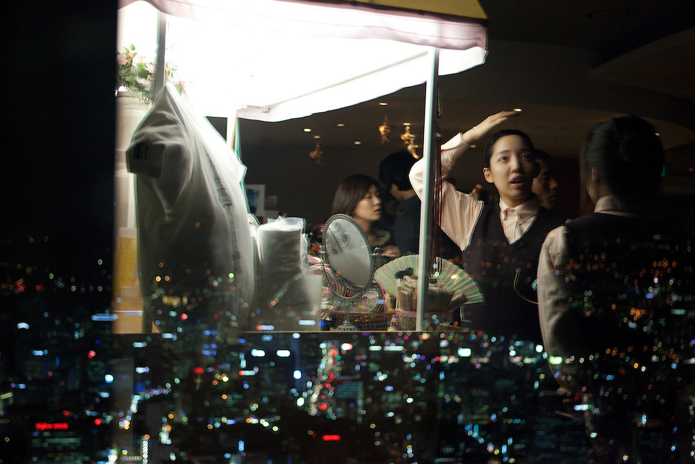 Reflexion im Fenster der oberen Aussichtsplattform des N Seoul Towers. Der N Seoul Tower ist ein der ÷ffentlichkeit zug‰nglicher Fernsehturm in der s¸dkoreanischen Hauptstadt Seoul. Der 236,7 Meter hohe Turm steht auf 243 m ¸. N.N. des Berges Namsan.<br /> <br /> Reflection in a window of the N Seoul Tower in the center of the city. N Seoul Tower is a communication tower located in Seoul, South Korea. Built in 1969, and opened to the public in 1980, the tower measures 236.7 m (777 ft) in height (from the base) and tops out at 479.7 m (1,574 ft) above sea level.