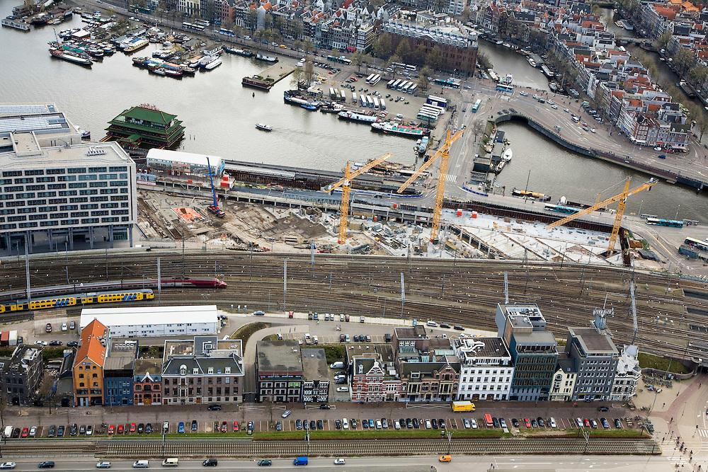 Nederland, Amsterdam, Oosterdok, 16-04-2008; Oosterdokseiland met de voltooide openbare bibliotheek OBA (achterzijde, magazijn) en de bouwput van ODE (Oosterdokseiland), project van projectontwikkelaar MAB - Bouwfonds; in en langs het water: drijvend Chinees restaurant en woonschepen; boven in beeld de Prins Hendrikkade (PH Kade) met Scheepvaarthuis; de sporen - met Thalys - gaan naar het centraal Station (recht buiten beeld), onder in beeld de De Ruyterkade; Ruiterkade..luchtfoto (toeslag); aerial photo (additional fee required); .foto Siebe Swart / photo Siebe Swart