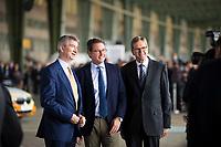DEU, Deutschland, Germany, Berlin, 10.07.2018: Bundesverkehrsminister Andreas Scheuer (M, CSU), Jochem Heizmann (R), China-Vorstand bei Volkswagen, während einer Präsentation zum autonomen Fahren im Flughafen Tempelhof.