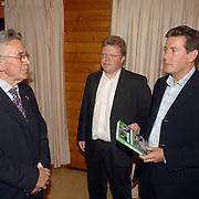 NLD/Beekbergen/20060530 - Boekpresentatie een Eltal Bondscoachen, schrijver Koen Greven en Eric Oudshoorn overhandigen het 1e boek aan oud bondscoach Jan Zwartkruis
