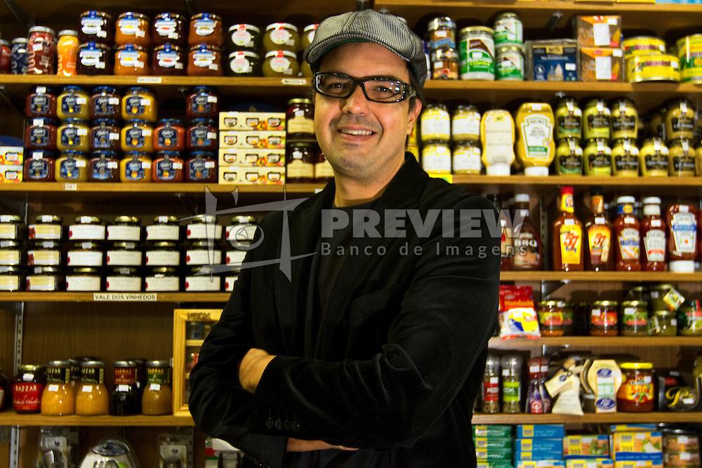 Felippe Sica é cheff e consultor gastronômico durante compras no mercado público de Porto Alegre. FOTO: Marcos Nagelstein/Preview.com