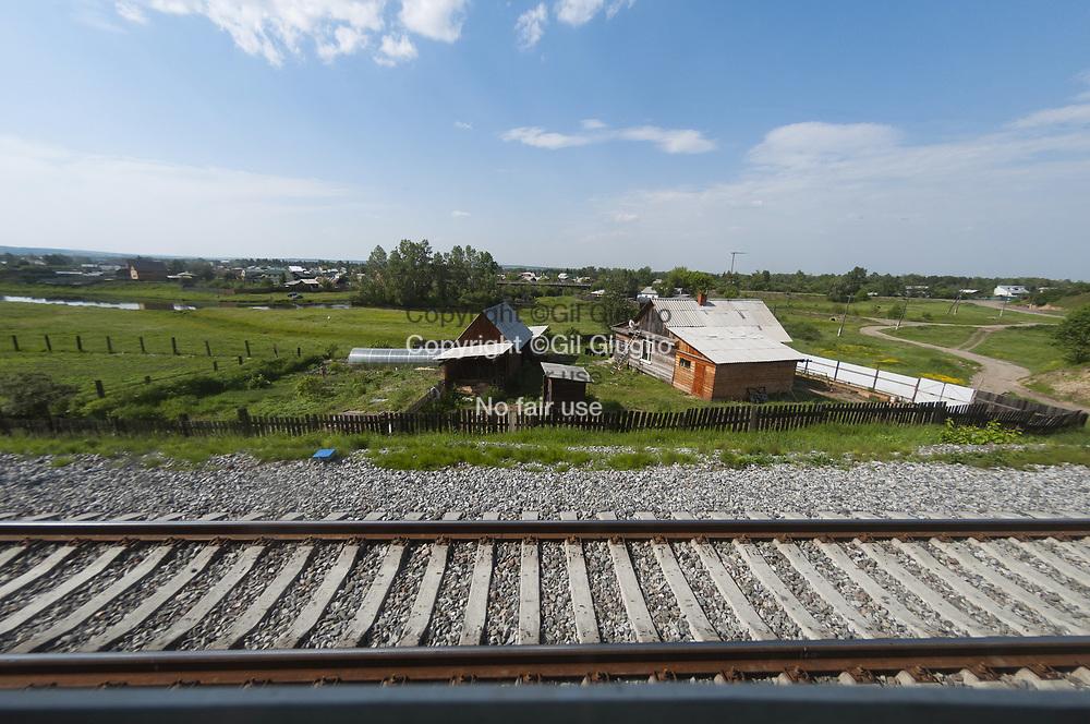Russie, Sibérie, banlieu sud-est d'Irkoutsk vue depuis train transsiberien // Russia, Siberia, south east suburb of Irkoutzk view from Transsiberian raiway train