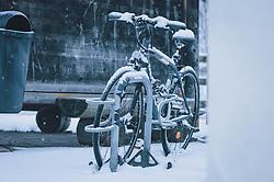 THEMENBILD - ein Fahrrad mit Neuschnee bedeckt, aufgenommen am 03. Dezember 2020, Kaprun, Österreich // a bicycle covered with fresh snow on 2020/12/03, Kaprun, Austria. EXPA Pictures © 2020, PhotoCredit: EXPA/ Stefanie Oberhauser