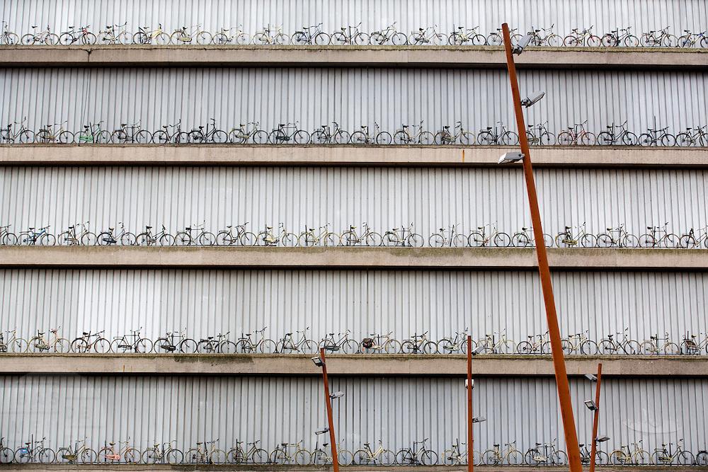 Op de gevel van het Beatrixtheater aan de finish van de eerste etappe zijn allemaal oude fietsen neergezet. In Utrecht worden de voorbereidingen getroffen voor de start van de Tour de France. De gemeente neemt allerlei maatregelen om het peloton in goede banen te leiden, ondernemers versieren hun winkels. De tourkoorts neemt toe. <br /> <br /> Bicycles are placed at the facade of the Beatrix theatre at the finish of the first stage. In Utrecht, the preparations for the start of the Tour de France have begun. The municipality prepares the roads for the cyclists, businesses decorate their stores. The tour fever increases.