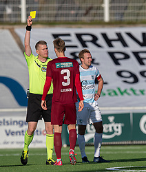 Gustav Kjeldsen (Skive IK) får en advarsel af dommer Benjamin Helm Svedborg under kampen i 1. Division mellem FC Helsingør og Skive IK den 18. oktober 2020 på Helsingør Stadion (Foto: Claus Birch).