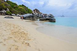 Spring Bay mit Felsbloecke und Spaziergaenger, Spring bay with boulder and walking people, Insel Virgin Gorda, Britische Jungferninsel, Karibik, Karibisches Meer, Virgin Gorda Island, British Virgin Islands, BVI, Caribbean Sea
