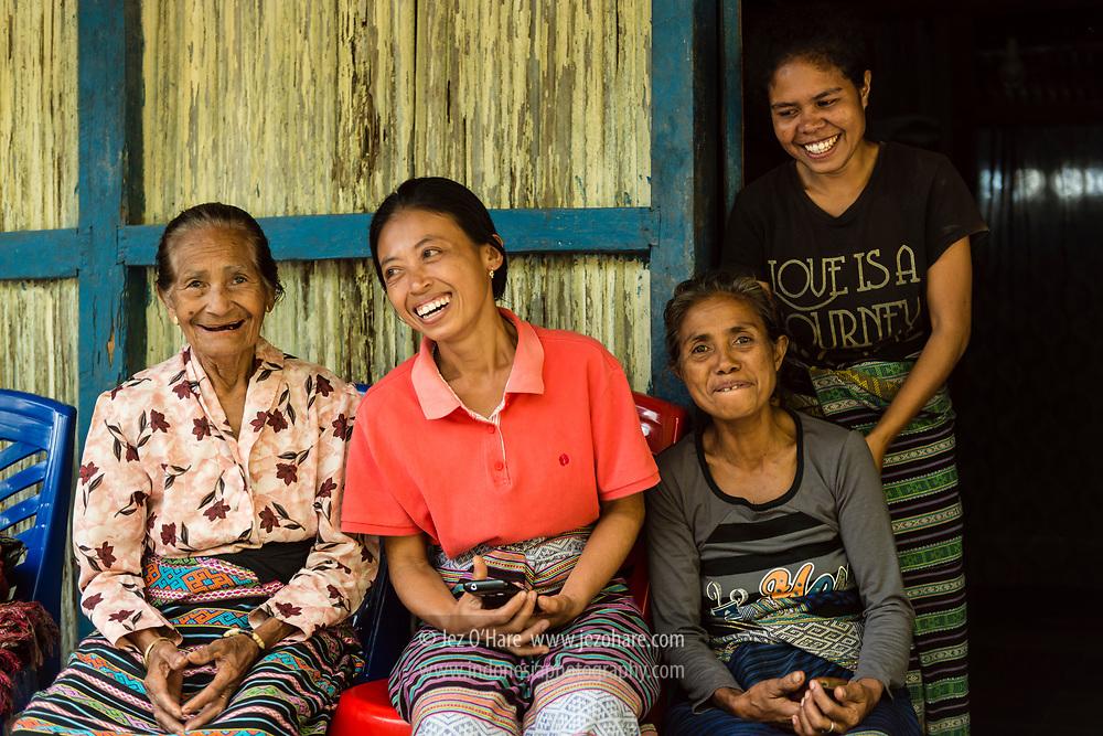 Ibu Kepala Desa dan Mama Klara Klon, pembuat ikat tenun di Dusun Tintua, Desa Raimanus, Kabupaten Belu, Timor, Nusa Tenggara Timur, Indonesia.