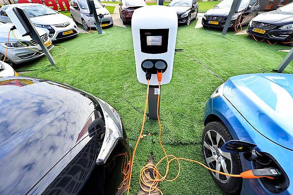 Nederland, Eindhoven, 23-10-2015 Tijdens de Dutch Design Week kunnen eigenaren van elektrische autos hun voertuigen opladen aan een centraal oplaadpunt op het terrein. Een service van Eneco.FOTO: FLIP FRANSSEN/ HOLLANDSE HOOGTE