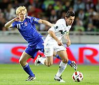 Fotball<br /> Slovenia v Færøyene<br /> 08.10.2010<br /> Foto: Gepa/Digitalsport<br /> NORWAY ONLY<br /> <br /> UEFA Europameisterschaft 2012, Qualifikation, Laenderspiel, Slowenien vs Faeroer Inseln. <br /> <br /> Bild zeigt Joan Edmundson (FRO) und Robert Koren (SLO).