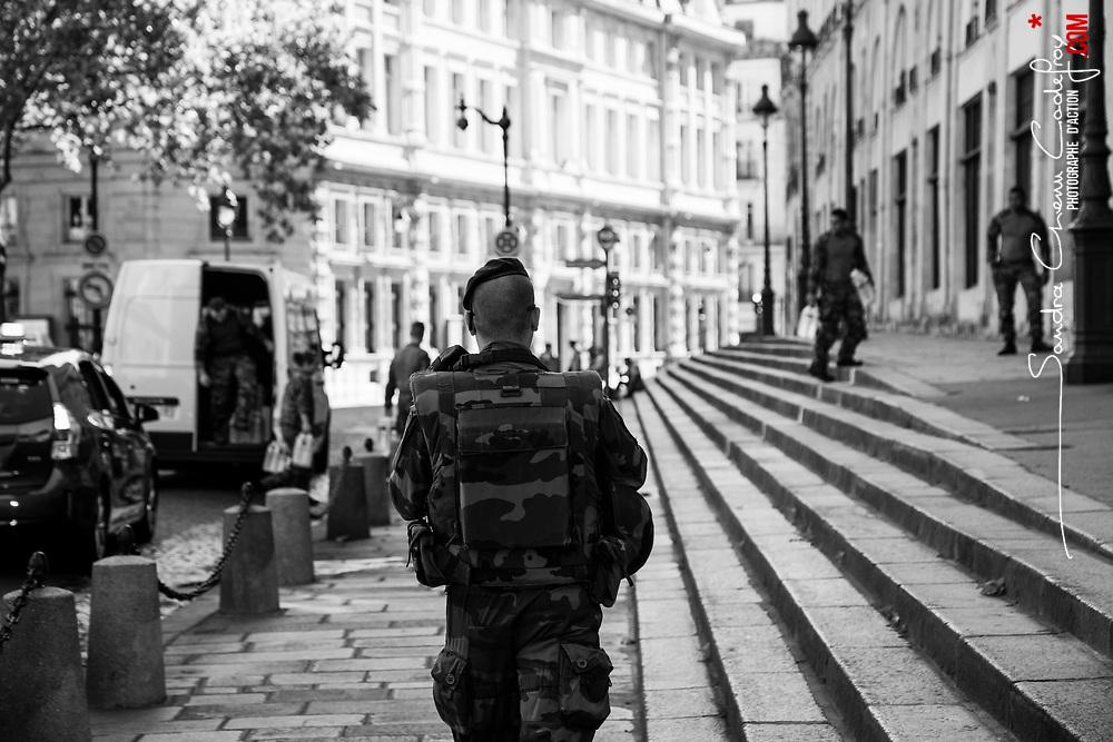 lundi 22 août 2016, 10h55, Paris I. Militaire du 6ème Régiment du Génie de retour de patrouille pédestre tandis que des packs d'eau sont déchargés pour sa vigie.
