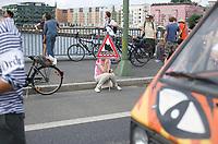 DEU, Deutschland, Germany, Berlin, 13.07.2013:<br />Demonstration anlässlich des 5. Jahrestags des Bürgerentscheids Spreeufer für Alle. Die Teilnehmer protestieren gegen die Bebauung des Spreeufers mit Luxuswohnungen, die Erweiterung der Autobahn A100, sowie für den Erhalt von Freiräumen und Clubs am Spreeufer.