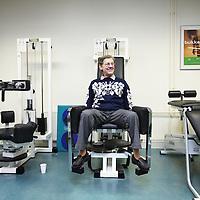 Nederland, Eindhoven , 2 februari 2010..Fysiotherapie voor hart en vaatpatienten in Gezondheidscentrum de Achtse Barrier..Fysiotherapeut Wilma Thijs aan het werk met enkele hart-en vaatpatienten in de fitnessruimte.Foto:Jean-Pierre Jans