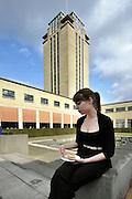 Gent, Belgie, Mar 16, 2009, De Boekentoren, Universiteitsbibliotheek gebouwt door Henry Van de Velde, studenten eten vaak hun lunch op het binnenterras van het gebouw, ©Christophe VANDER EECKEN