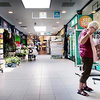 Nederland, Purmerend, 7 juli 2015.<br /> verhaal over de vergrijzing van de bevolking in de groeikernen (plaatsen als Zoetermeer, Spijkenisse, Nieuwegein enzovoorts). Al die ouders van gezinnen die er in de jaren zeventig en tachtig kwamen wonen, lopen nu tegen de zeventig<br /> Vergrijzing in de wijk Wheermolen in Purmerend.<br /> beetje treurige jarenzeventig-rijtjeshuizen met inderdaad veel ouderen, mensen met rollator en scootmobiel en zo. In overdekte winkelcentrum Makado (aan het Kennedyplein) zag ik een rollatordichtheid die ik, geloof ik, nog nooit eerder gezien heb, op zomaar een doordeweekse vrijdagmiddag tussen drie en vier.<br /> <br /> <br /> Foto: Jean-Pierre Jans