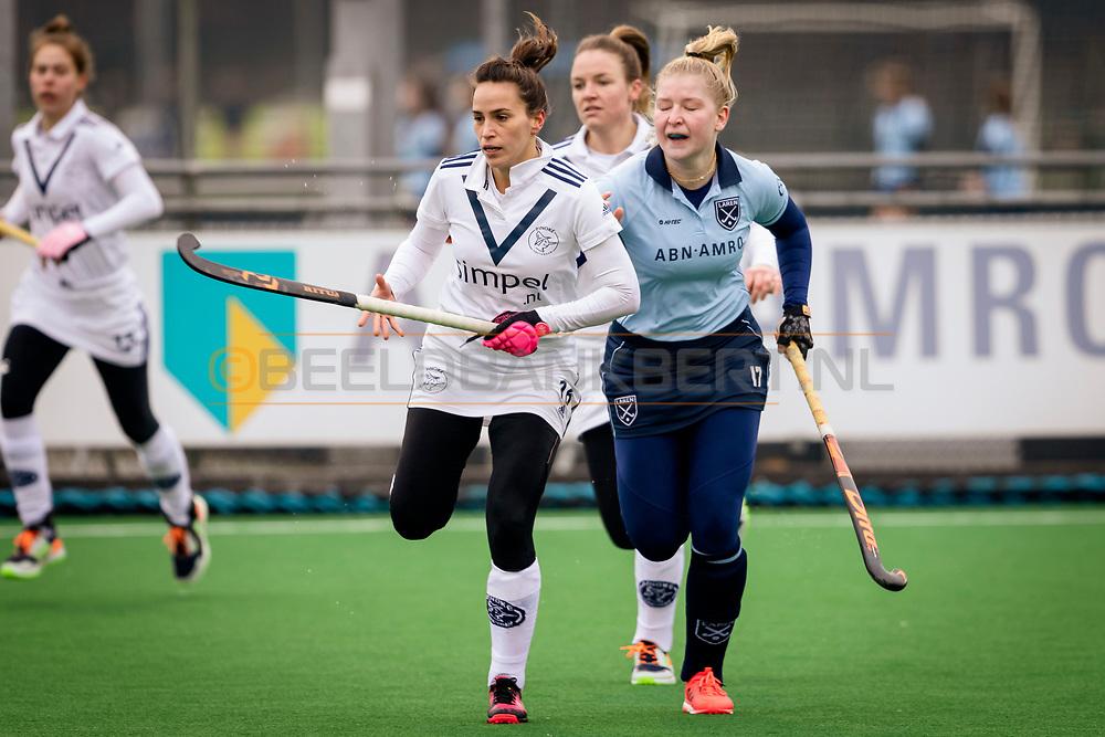 LAREN -  Hockey Hoofdklasse Dames: Laren v Pinoké, seizoen 2020-2021. Foto: Juliette van Hattum (Pinoké) met Liselot Timmermans (Laren) in de achtervolging