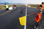 De honderste race van de Vortex. In Battle Mountain (Nevada) wordt ieder jaar de World Human Powered Speed Challenge gehouden. Tijdens deze wedstrijd wordt geprobeerd zo hard mogelijk te fietsen op pure menskracht. Het huidige record staat sinds 2015 op naam van de Canadees Todd Reichert die 139,45 km/h reed. De deelnemers bestaan zowel uit teams van universiteiten als uit hobbyisten. Met de gestroomlijnde fietsen willen ze laten zien wat mogelijk is met menskracht. De speciale ligfietsen kunnen gezien worden als de Formule 1 van het fietsen. De kennis die wordt opgedaan wordt ook gebruikt om duurzaam vervoer verder te ontwikkelen.<br /> <br /> In Battle Mountain (Nevada) each year the World Human Powered Speed Challenge is held. During this race they try to ride on pure manpower as hard as possible. Since 2015 the Canadian Todd Reichert is record holder with a speed of 136,45 km/h. The participants consist of both teams from universities and from hobbyists. With the sleek bikes they want to show what is possible with human power. The special recumbent bicycles can be seen as the Formula 1 of the bicycle. The knowledge gained is also used to develop sustainable transport.