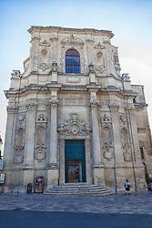 Chiesa di Santa Chiara. La chiesa, fondata nel 1429, venne rinnovata tra il 1687 e il 1691, probabilmente ad opera di Giuseppe Cino. Essa era tenuta dalle Clarisse, l'ordine monastico fondato da san Francesco e santa Chiara d'Assisi ed essenzialmente concentrato sulla preghiera contemplativa e la clausura. Infatti, nell'interno ottagonale della chiesa è ancora possibile osservare le grate che dividono le cappelle laterali dall'invaso centrale: da qui le monache assistevano alle funzioni liturgiche. Sfarzosi e innovativi gli altari presenti all'interno.