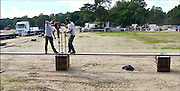 Nederland, Nijmegen, 15-9-2015 Met hoge snelheid worden te tenten gebouwd voor de noodopvang van 3000 asielzoekers  in natuurgebied Heumensoord. 3000 Asielzoekers, vluchtelingen, worden hier tijdelijk gehuisvest in een tentenkamp tot uiterlijk 1 juni 2016. In 1998, werd er ook een noodkamp gevestigd. Destijds werd op Heumensoord onderdak geregeld voor een kleine 1.000 asielzoekers. FOTO: FLIP FRANSSEN/ HH