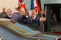 20 SEP 2003, BERLIN/GERMANY:<br /> Gerhard Schroeder (R), SPD, Bundeskanzler, begruesst Jacques Chirac (L), Praesident Frankreich, vor dem Haupteingang zu einem Gipfelgespraech mit T ony B lair, Premierminister Gross Britannien, Ehrenhof, Bundeskanzleramt <br /> IMAGE: 20030920-01-024<br /> KEYWORDS: Gerhard Schröder, Gipfel, summit, Eintreffen, Gast, Gäste