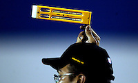 WK Hockey. Tijdens het toernooi worden er wetenschappelijke  testen uitgevoerd. Er wordt vooral geken hoe de spelers reageren bij deze tropische temperaturen . Bij een van de wedstrijden werd een temperatuur gemeten van 46 graden Celsius in de schaduw.Deze onderzoeker meet de temperatuur boven het veld bij aanvang van een wedstrijd in het Bukit Jalil Stadion van Kuala Lumpur.