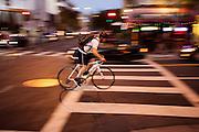 In San Francisco fietst een man 's avonds op Polk Street. De Amerikaanse stad San Francisco aan de westkust is een van de grootste steden in Amerika en kenmerkt zich door de steile heuvels in de stad. Ondanks de heuvels wordt er steeds meer gefietst in de stad.<br /> <br /> Cyclists in San Francisco. The US city of San Francisco on the west coast is one of the largest cities in America and is characterized by the steep hills in the city. Despite the hills more and more people cycle.