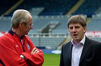 Fotball<br /> England trener før kampen mot Ukraina<br /> 17.08.2004<br /> Foto: SBI/Digitalsport<br /> NORWAY ONLY<br /> <br /> England coach Sven Göran Eriksson (L) chats to local favourite Peter Beardsley