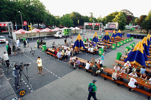 Nederland, Nijmegen, 19-7-2006..Verslagenheid bij deelnemers van de 4daagse die toch naar de startplaats kwamen aan de Wedren. Sommigen om zeker te zijn van de afgelasting, anderen wisten het nog niet, en kregen van 4daagse-medewerkers een brief waarin uitleg stond..Foto: Flip Franssen/Hollandse Hoogte