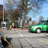 Nederland, Amstelveen , 12 april 2012..De vrachtwagen en de 12-jarige inwoner van Amstelveen reden allebei op de Graaf Aelbrechtlaan in de richting van het centrum in Amstelveen. Ter hoogte van de Keizer Karelweg wilde de vrachtwagen rechtsaf slaan. Hierbij kwamen ze met elkaar in aanraking. De vrachtwagen kwam vrijwel direct tot stilstand..Toen de politie ter plaatse kwam, trof zij het slachtoffer onder de vrachtwagen aan. De jongen is vervoerd naar het ziekenhuis en daar overleden aan zijn verwondingen...Foto:Jean-Pierre Jans
