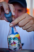 Morro Branco_CE, Brasil...Artista de areias coloridas, tradicional arte da regiao de Morro Branco, Ceara...Artist of colored sand, the traditional art of the region of Morro Branco, Ceara...Foto: BRUNO MAGALHAES / NITRO
