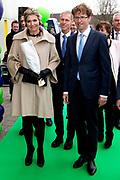 Koningin Maxima geeft startsein Week van het geld op de basisschool OBS West in Capelle aan de IJssel. <br /> <br /> Queen Maxima launches Money Week at the primary public school  in Capelle aan den IJssel.<br /> <br /> Op de foto / On the photo:  Aankomst Koningin Maxima en Sander Dekker / Arrival Queen Maxima