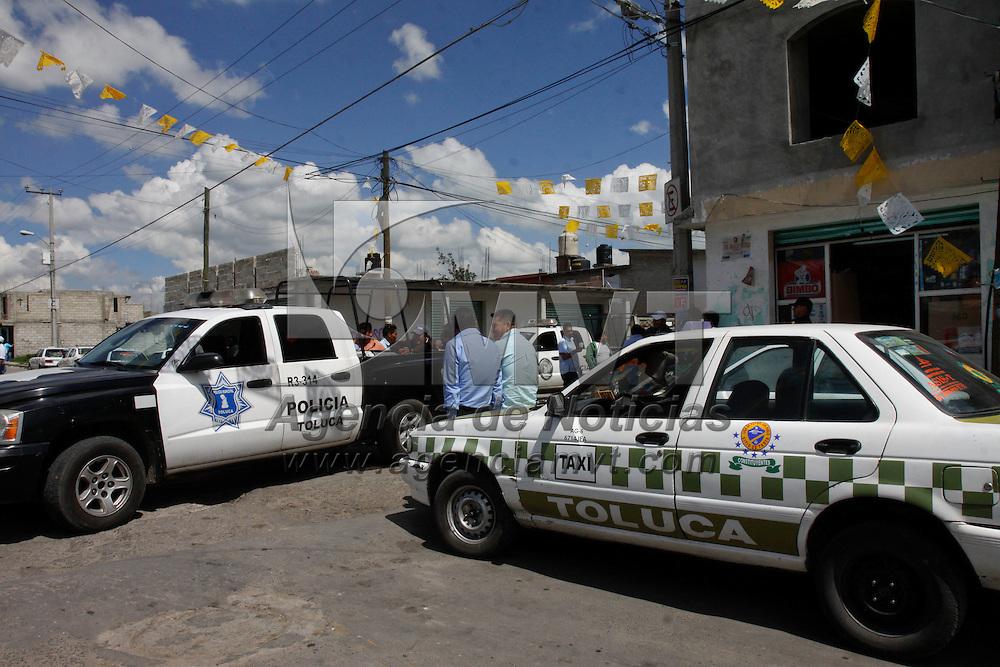 Toluca, México.- Algunos taxistas pertenecientes a la Base Bravo que opera en San Pablo Autopán decidieron conformar otra asociación y seguir operando en la zona, esto inconformo a otros taxistas y autoridades municipales tuvieron que acudir al lugar para evitar algún posible enfrentamiento por el pasaje de esta delegación.  Agencia MVT / Crisanta Espinosa