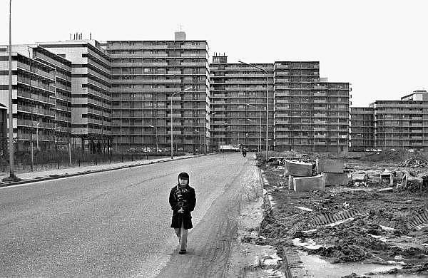 Nederland, Nijmegen, 15-2-1976Een jongetje loopt over een weg in de nieuwe wijk Dukenburg. De flats zijn van de wijk Meijhorst. Dukenburg is een stadsuitbreiding van Nijmegen zoals die eind jaren 60, begin jaren 70 in veel grote steden plaatsvond, met veel hoogbouw, zoals in Amsterdam zuidoost.Foto: Flip Franssen/Hollandse Hoogte