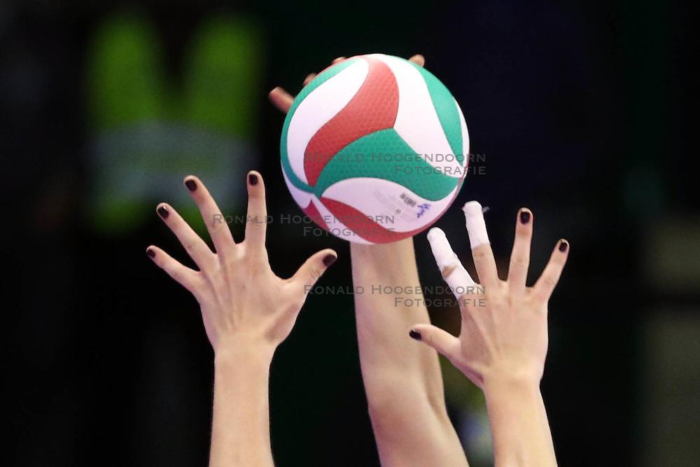 15-10-2016 ITA: Imoco Volley Conegliano - Savino Del Bene Scandiddi, Treviso<br /> Conegliano verliest in eigen huis met 3-2 / Moleten bal handen item volleybal<br /> <br /> ***NETHERLANDS ONLY***